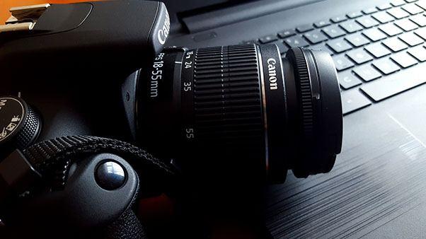 фотоаппарат на столе с ноутбуком
