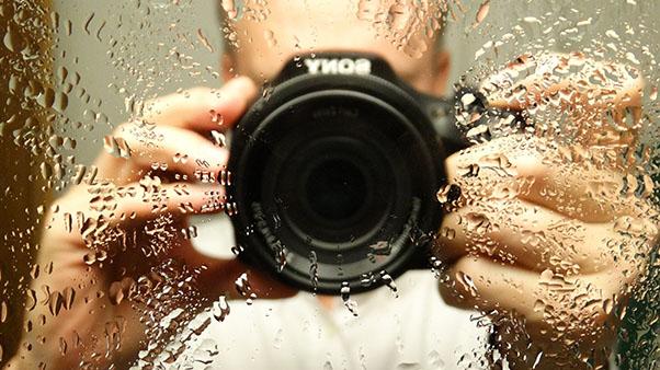 фотограф с каплями на стекле