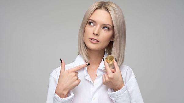 девушка с монеткой биткоин