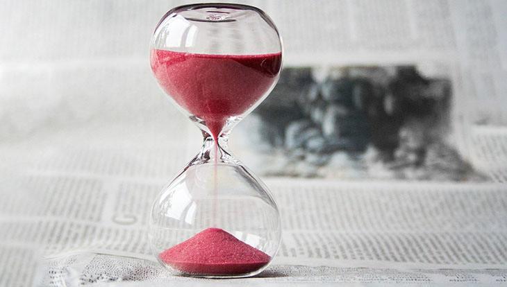 песочные часы на газете