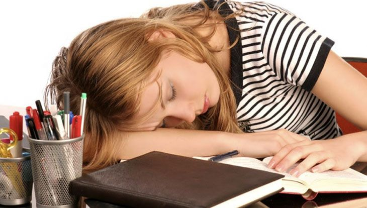 студент спит на паре