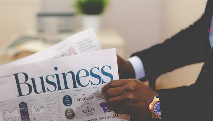 бизнесмен читает газету