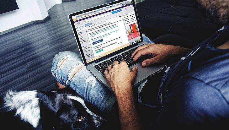 мужчина серфит по сети с ноутбуком