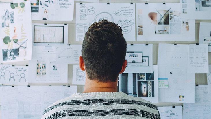 мужчина изучает схемы на доске